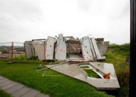 Windvlaag blaast huis in aanbouw omver