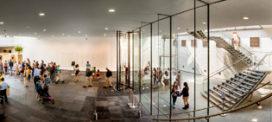 Hoge tourniquetdeur tot aan 4,5 meter hoge plafond bij Mauritshuis
