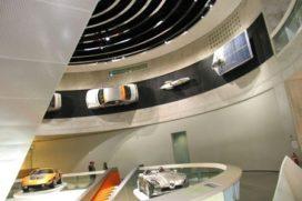 Mercedes Benz Museum Tour met Lewis Hamilton
