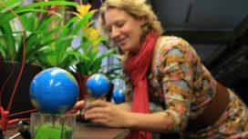 Wereldbol draait op elektriciteit van levende plant