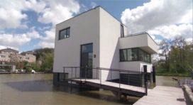 Innovatieve watervilla's drijven in Delftse Harnaschpolder