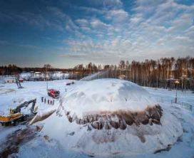 Recordkoepel van ijs met zaagsel