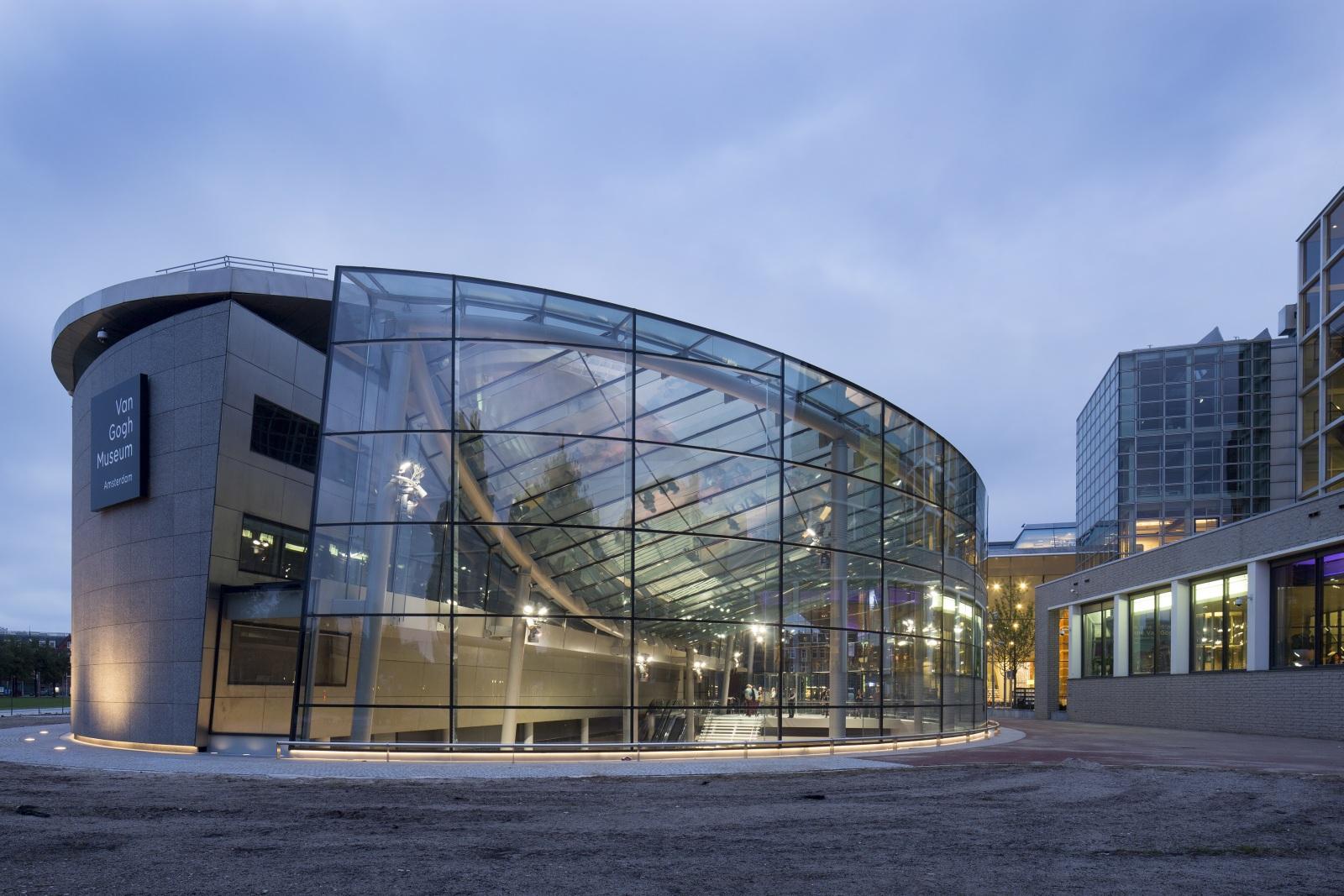 <p>Glazen entreegebouw Van Gogh museum, een ontwerp van Hans van Heeswijk architecten. Octatube is verantwoordelijk geweest voor de uitvoering van de glasconstructie. Foto: Luuk Kramer</p>