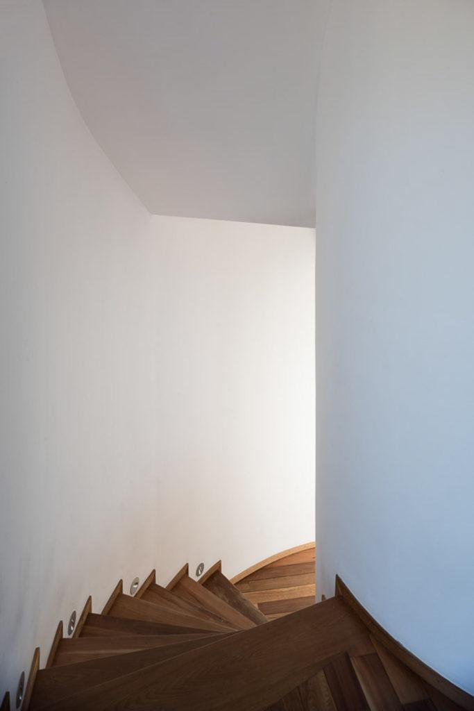 """Blog Jeroen Apers - Jeroen Apers • architect • blog wat ik zoal tegenkom op mijn beeldscherm... • # Architectuur • # Interieur • # Design • # Grafisch • # Kunst • # Fotografie • # Openbare ruimte • # Ruimtelijke ordening • # Muziek • # Persoonlijk • mijn website • Mijn Floorplanner tekenservice • mijn portfolio tumblr • mijn facebook • mijn twitter • mijn bijdrage aan De Architect • mijn bijdrage aan holland.com • mijn linkedin CV • mijn pinterest • mijn mimoa-bijdrage • mijn muziek-playlist • mijn werkplek De Ceuvel • mijn tagcloud Willekeurig bericht Alle berichten op een rijtje RSS Feed Vraag maar raak Suggestie voor deze Tumblr? Selecteer een taal▼ Mijn laatste likes Brexit """"Brexit"""" according to Vlady-art. Bericht via ekosystem brutgroup: Moller House by Adolf Loos Year(s) of construction: 1927-1928 Location: Vienna, Austria. #brutgroup photo by Rendertalk Foto via scavengedluxury Abandoned mill, Gengenbach. March 2017. Foto via scavengedluxury Paper Cutouts by 'Paperboyo' Transform World Landmarks into Quirky Scenes Fotoset via itscolossal New Sportswear Logos Embroidered With Flowers and Vegetables by James Merry Fotoset via itscolossal meer likes Casa Clara in Brasilia is een huis op poten waar 1:1 Arquitetura Design een bijzondere rol voor de Braziliaanse Cobogó steen hebben weggelegd (via archatlas) • Bron: architectureatlas.wordpress.com #Cobogó #architectuur #1:1 Arquitetura Design #Casa Clara 10:00 6 april 2017 • 860 notities • 0 Comments • url: https://tmblr.co/ZUAO7y2KKXbM2 Qiyunshan Tree House"""