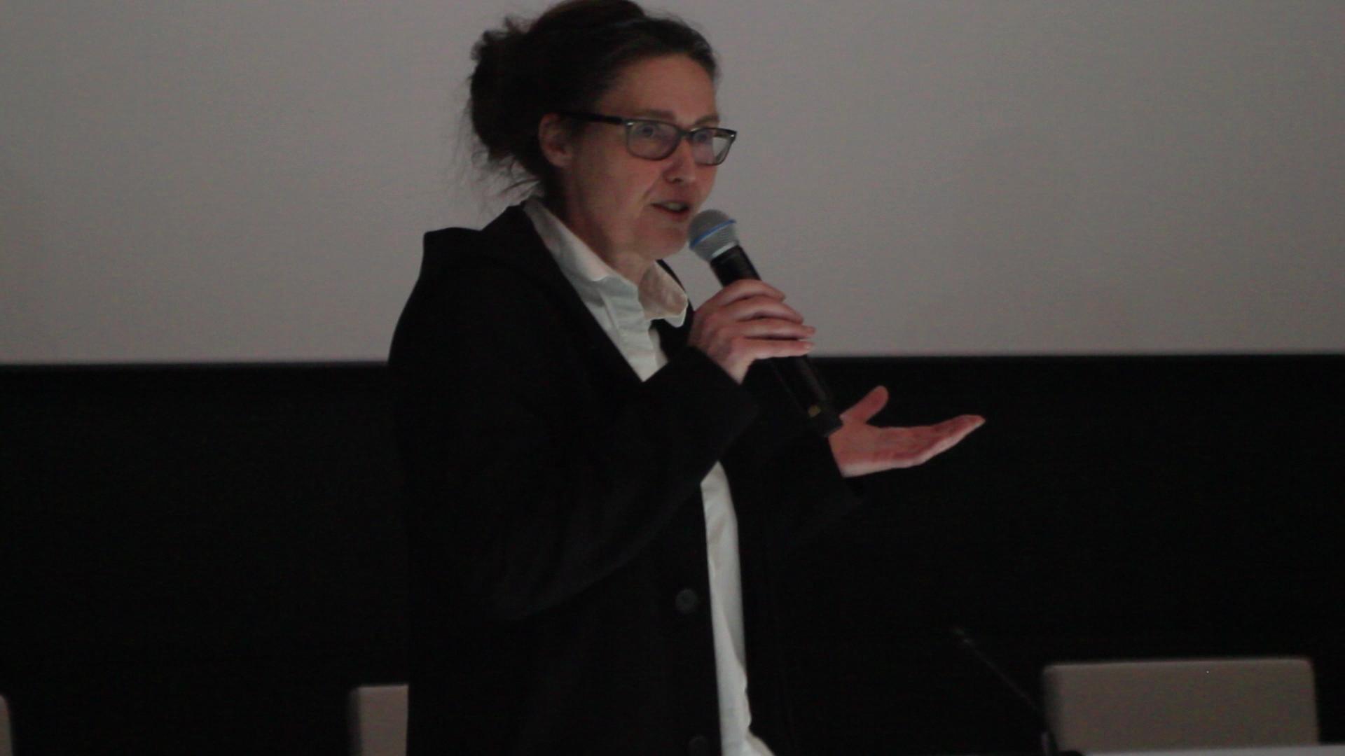 <p>Ellen van Loon (OMA) gaat in op het idee achter de transformatie van het voormalige VROM. </p>