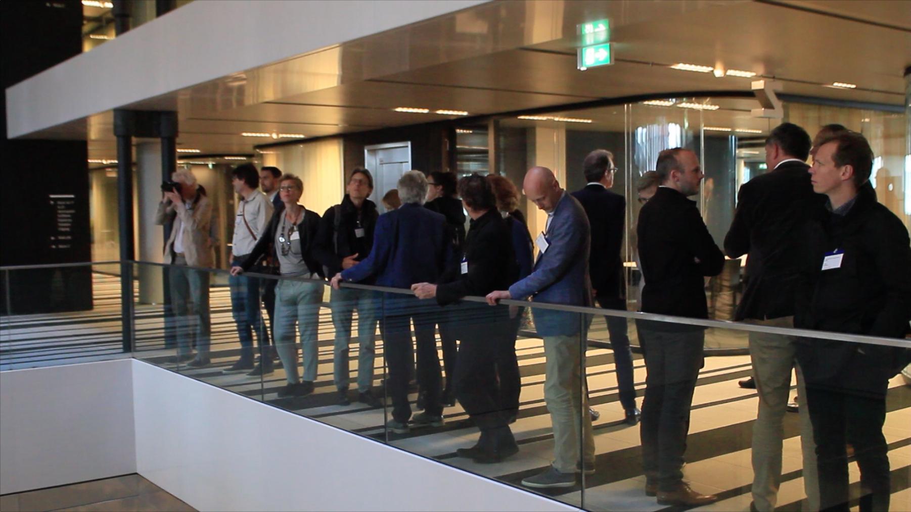 <p>Tijdens de rondleiding verbazen de aanwezige architecten zich over de hoge vides in het kantoor.</p>