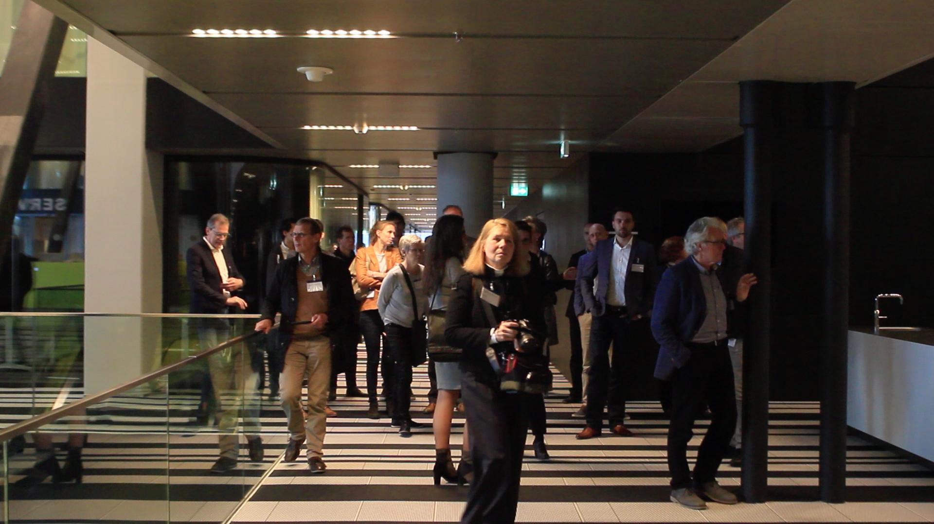 <p>De verbreding van de gangen versterken de ruimtelijke ervaring van Rijnstraat 8. </p>