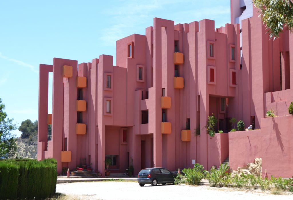 Het roze vakantieresort La Muralla Roja in Spanje door Ricardo Bofill