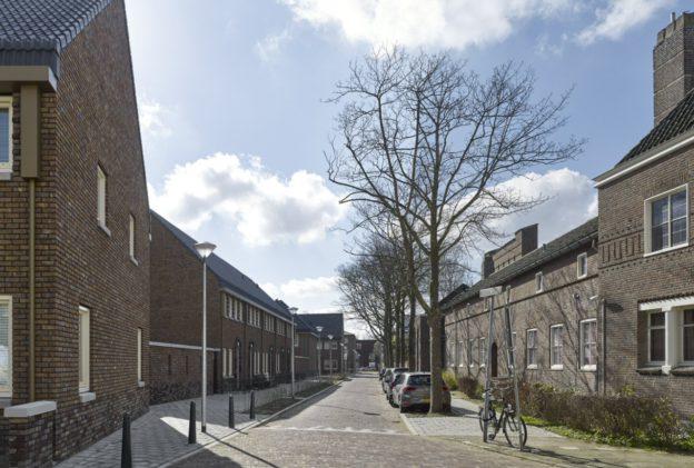 <p>Paterhuis, achterkant kerk, woonstraat</p>