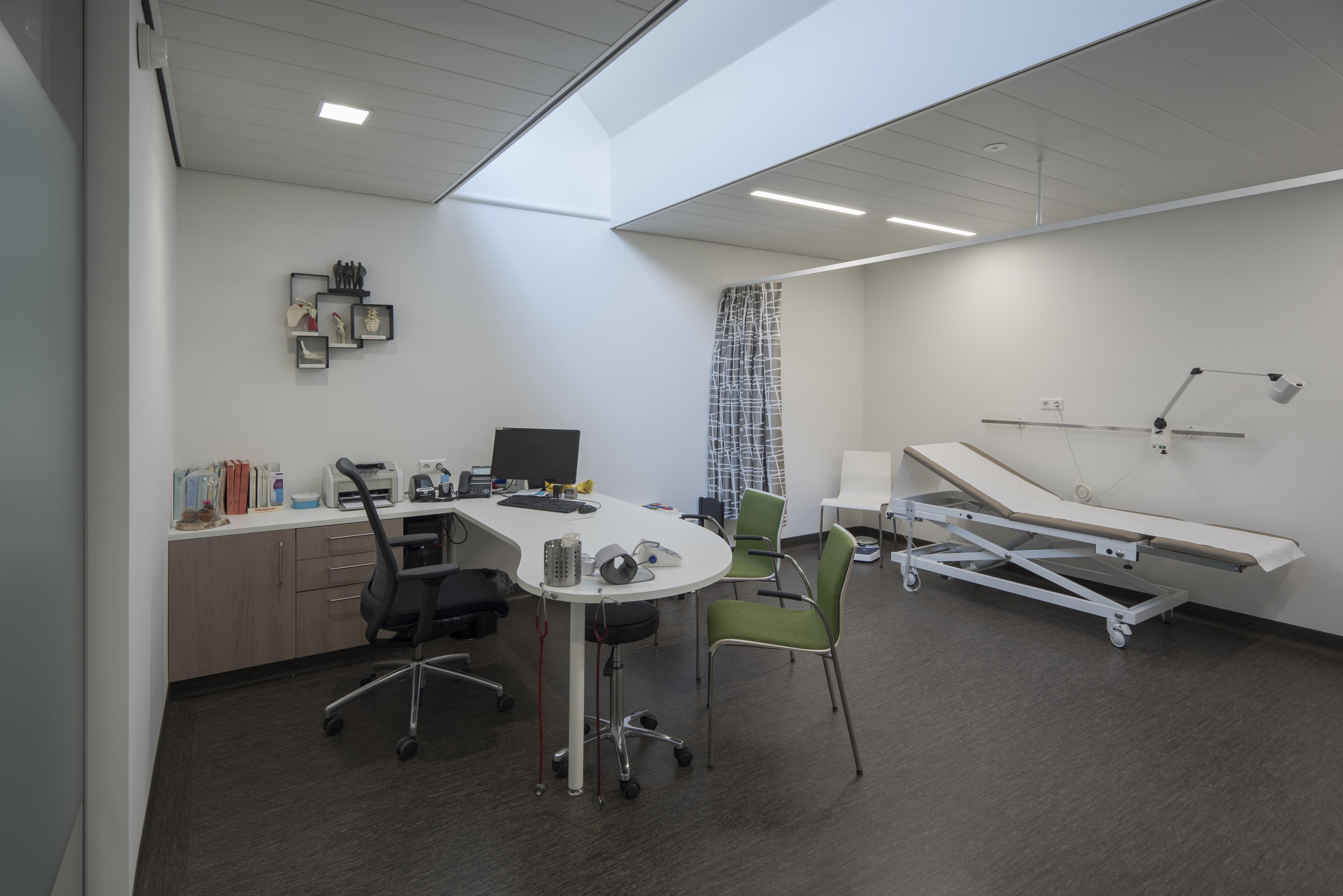 <p>Behandelkamer huisartsen in De Kandelaar – Let op het daklicht – HET architectenbureau</p>