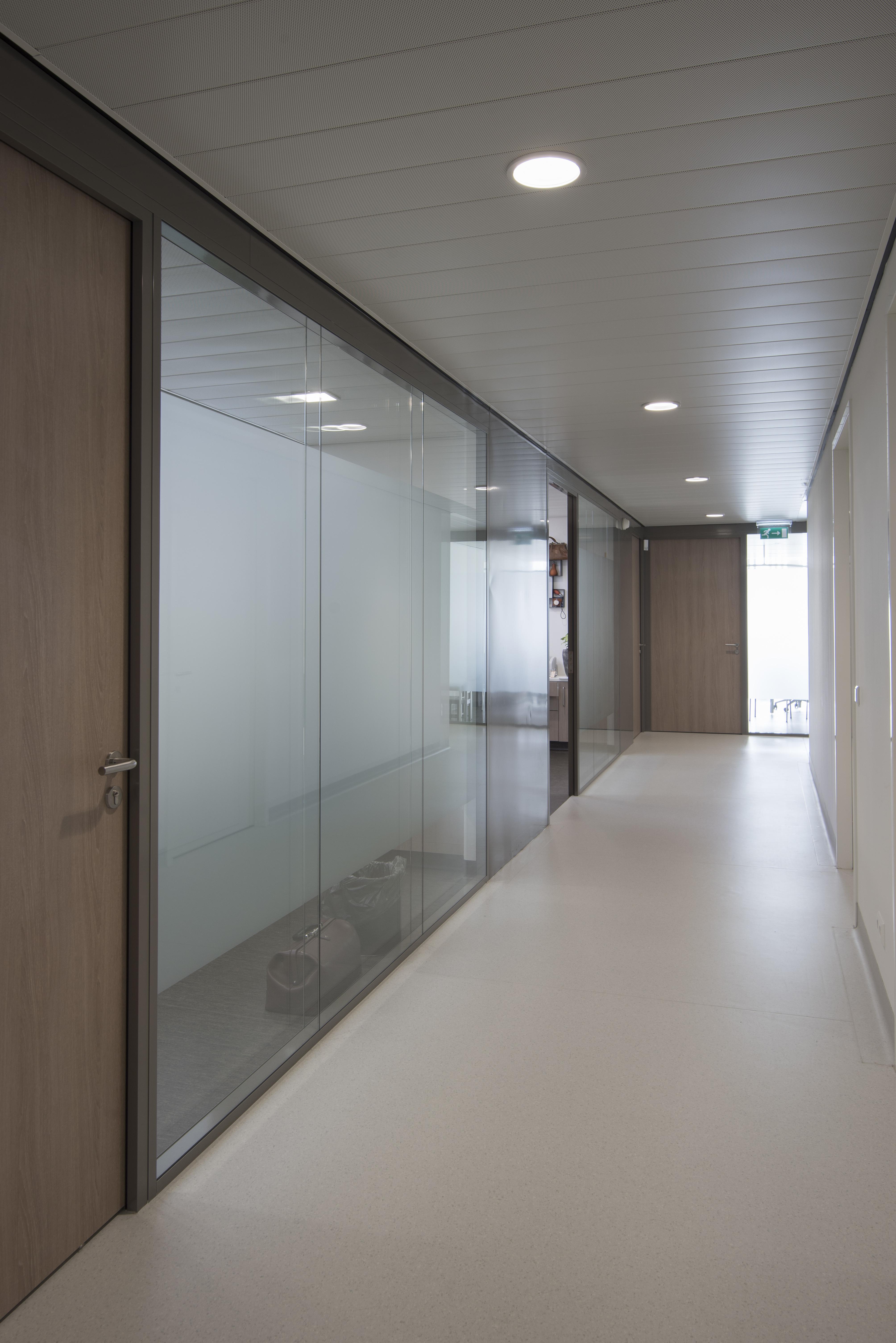 <p>Zicht op de behandelkamers van de huisartsen in De Kandelaar – HET architectenbureau</p>