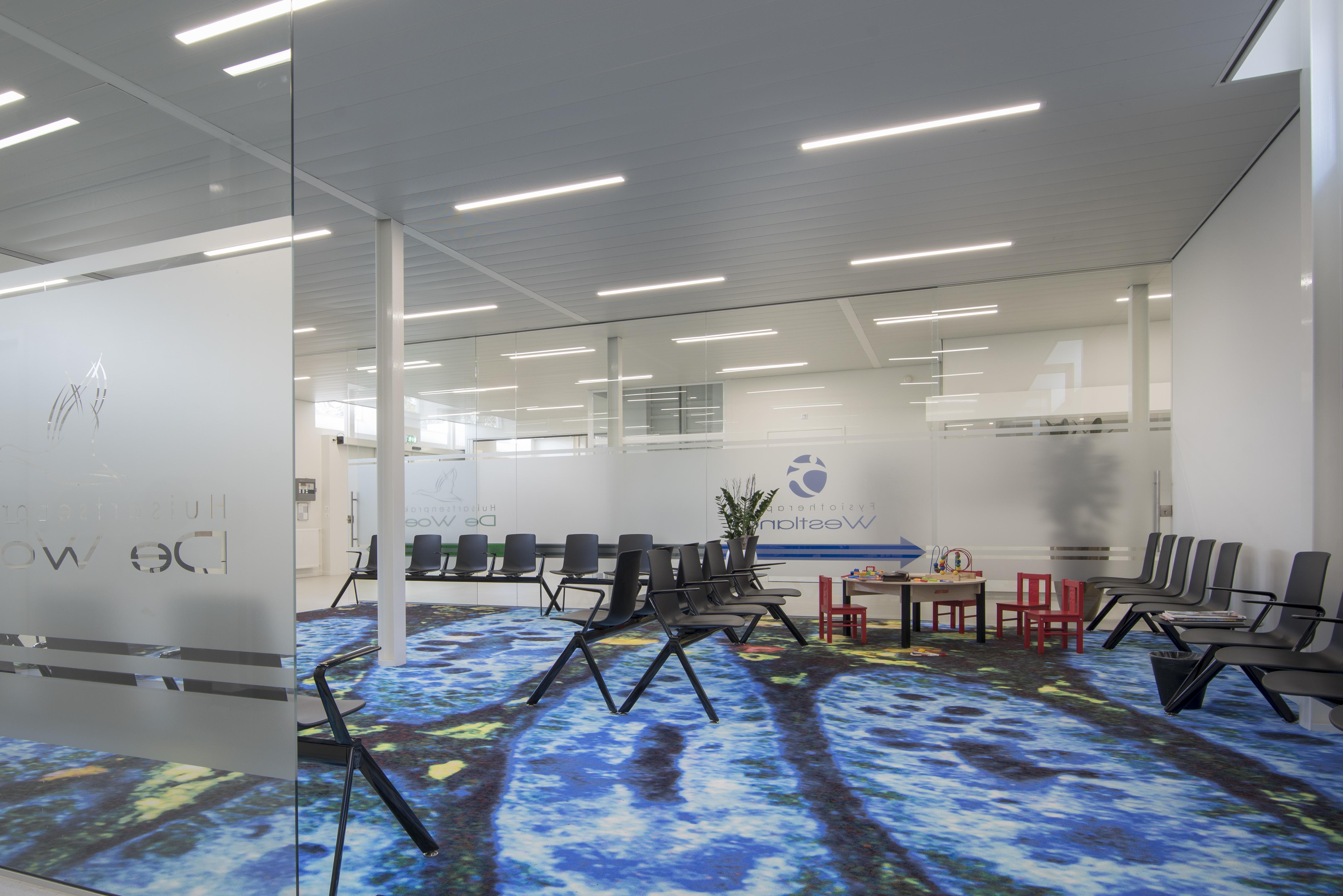 <p>Wachtruimten huisartsen met immuno art patroon in De Kandelaar – HET architectenbureau</p>