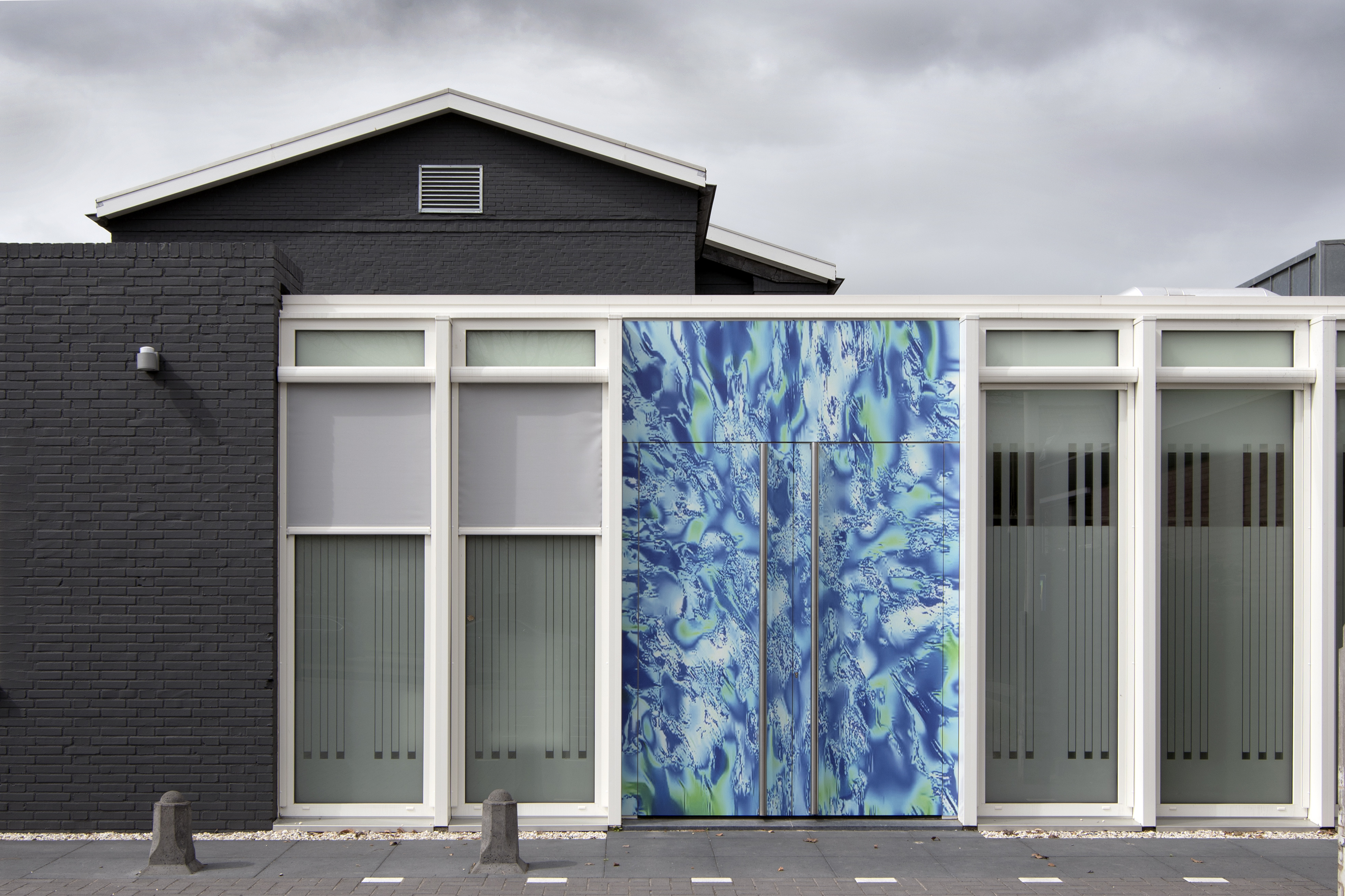 <p>Immuno Art bij de ingang naar de huisartsen van de Kandelaar – HET architectenbureau</p>