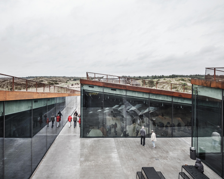 <p>Het centrale plein geeft toegang tot de vier ondergrondse tentoonstellingsruimtes. Fotograaf R. Hjortshoj</p>