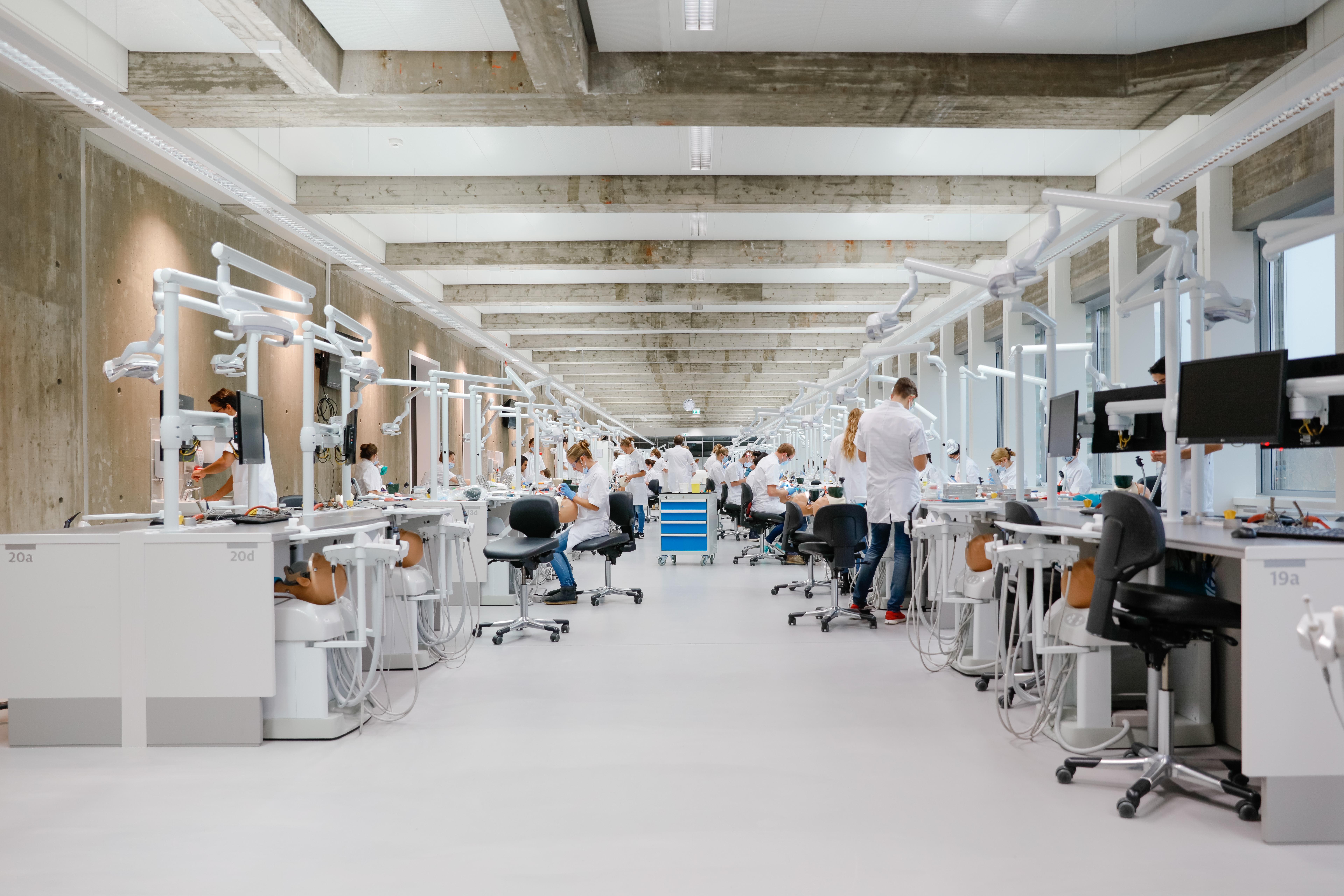 <p>Nieuw onderwijs praktijkzaal Tandheelkunde (foto: Eric Scholten)</p>