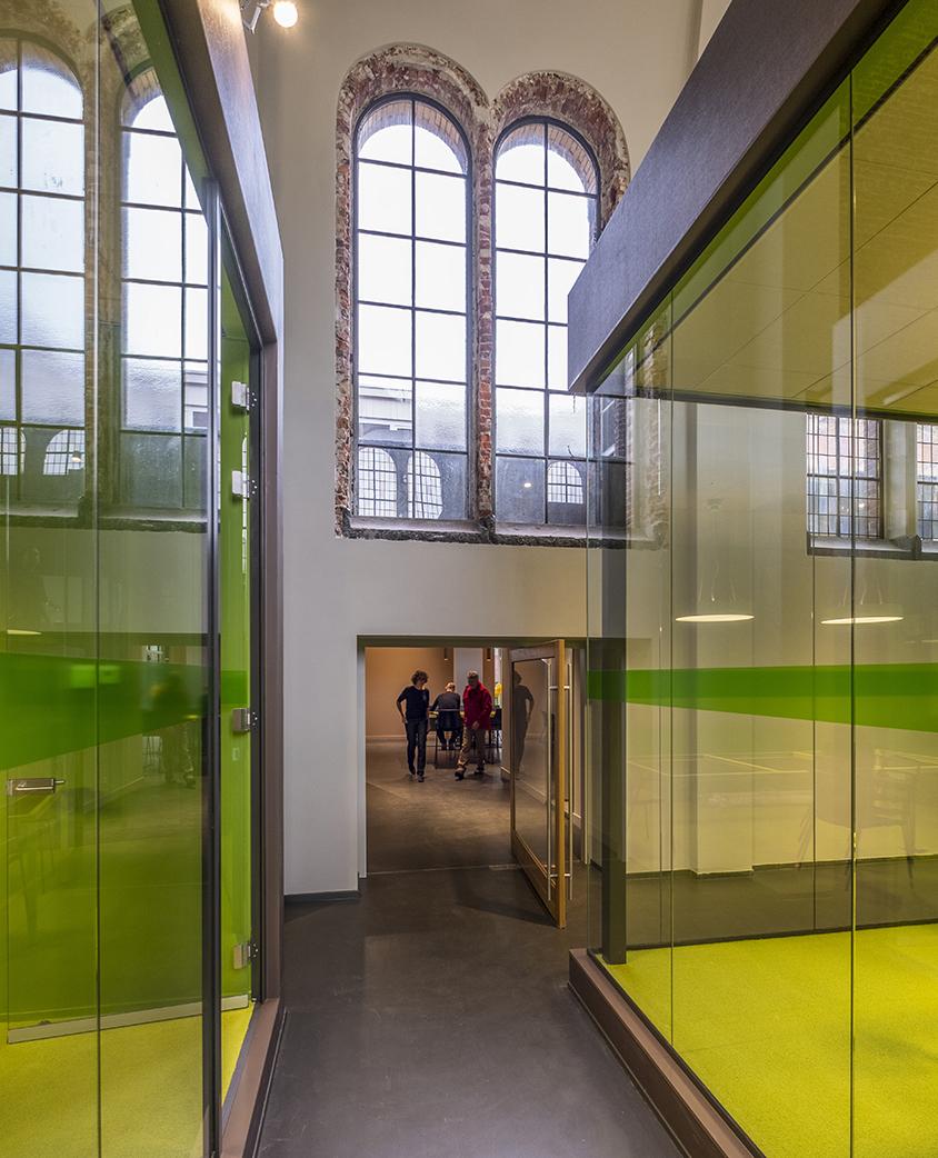 <p>Vergaderboxen, teruggebrachte ramen en de doorbraak naar het werkcafé. Foto: Hans de Rooy</p>