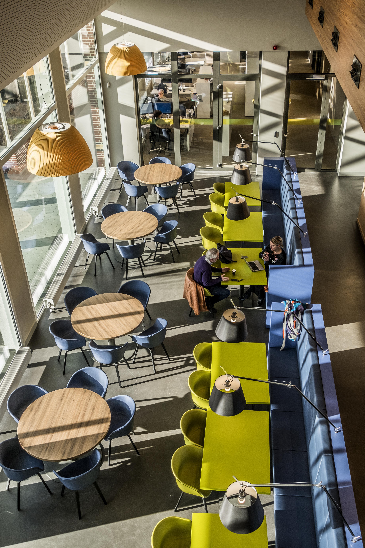 <p>Werkcafé in centrale hal. Foto: Hans de Rooy</p>