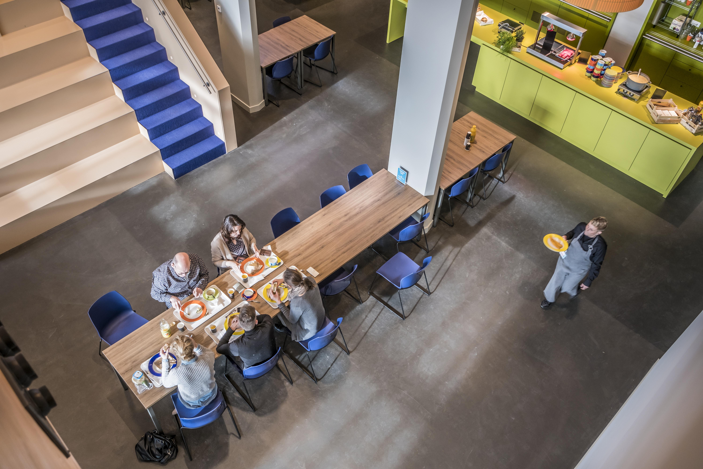 <p>Lunchen in centrale hal. Foto: Hans de Rooy</p>
