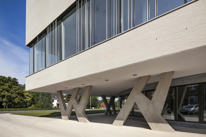 <p>Sculpturale kolommen Agnetencollege &#8211; foto: Scagliola Brakkee</p>
