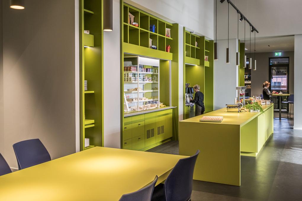 <p>De keuken. Het kleurenpalet is per bouwdeel geïnspireerd op schilderijen van Vincent Van Gogh. Foto: Hans de Rooy</p>