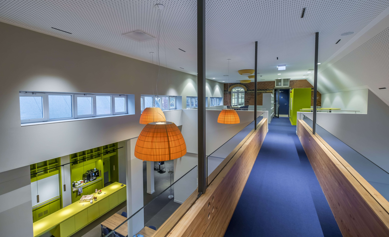 <p>Loopbrug boven werkcafé. Foto: Hans de Rooy</p>