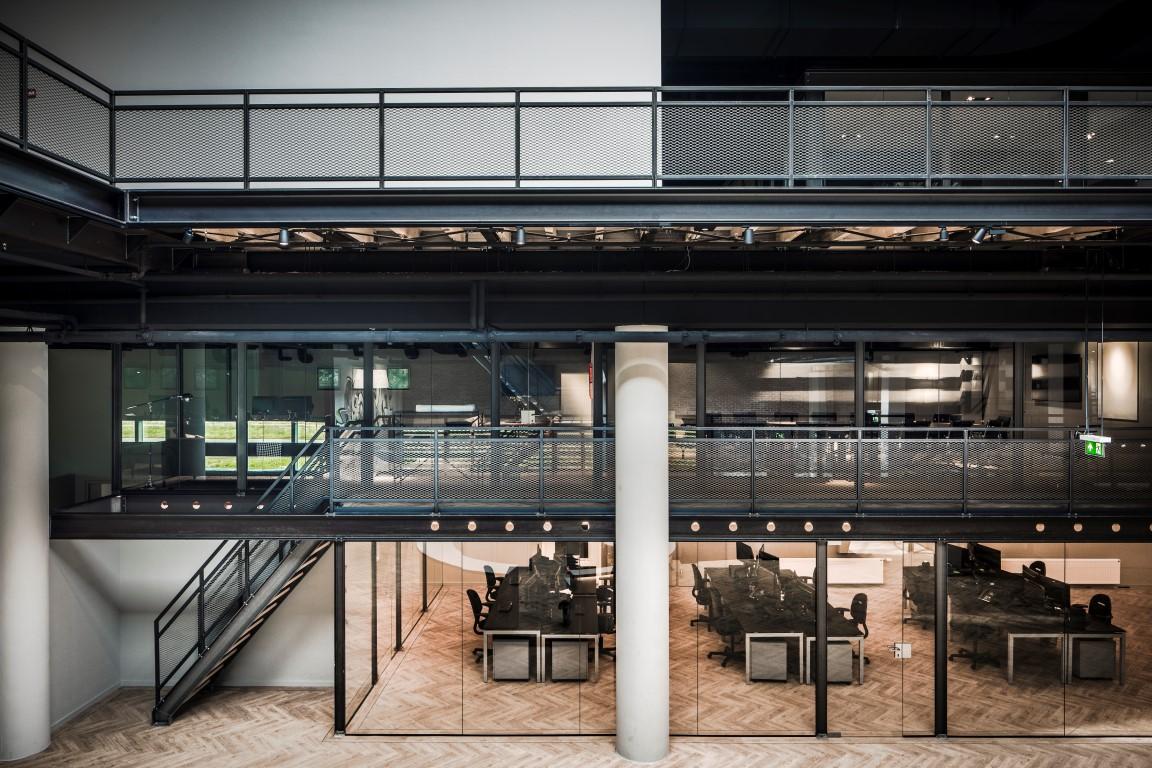 <p>entresol onder verdiepingsvloer</p>