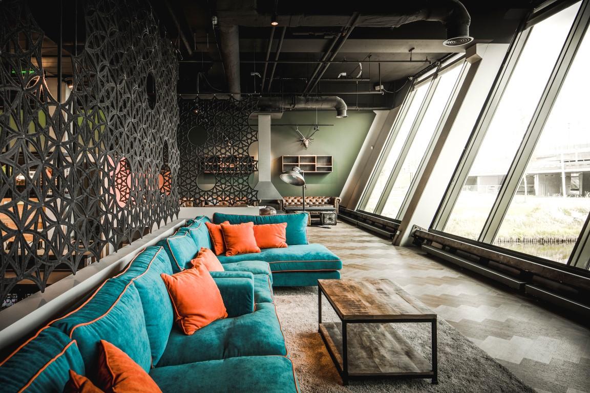 <p>lounge met uitzicht op A4</p>