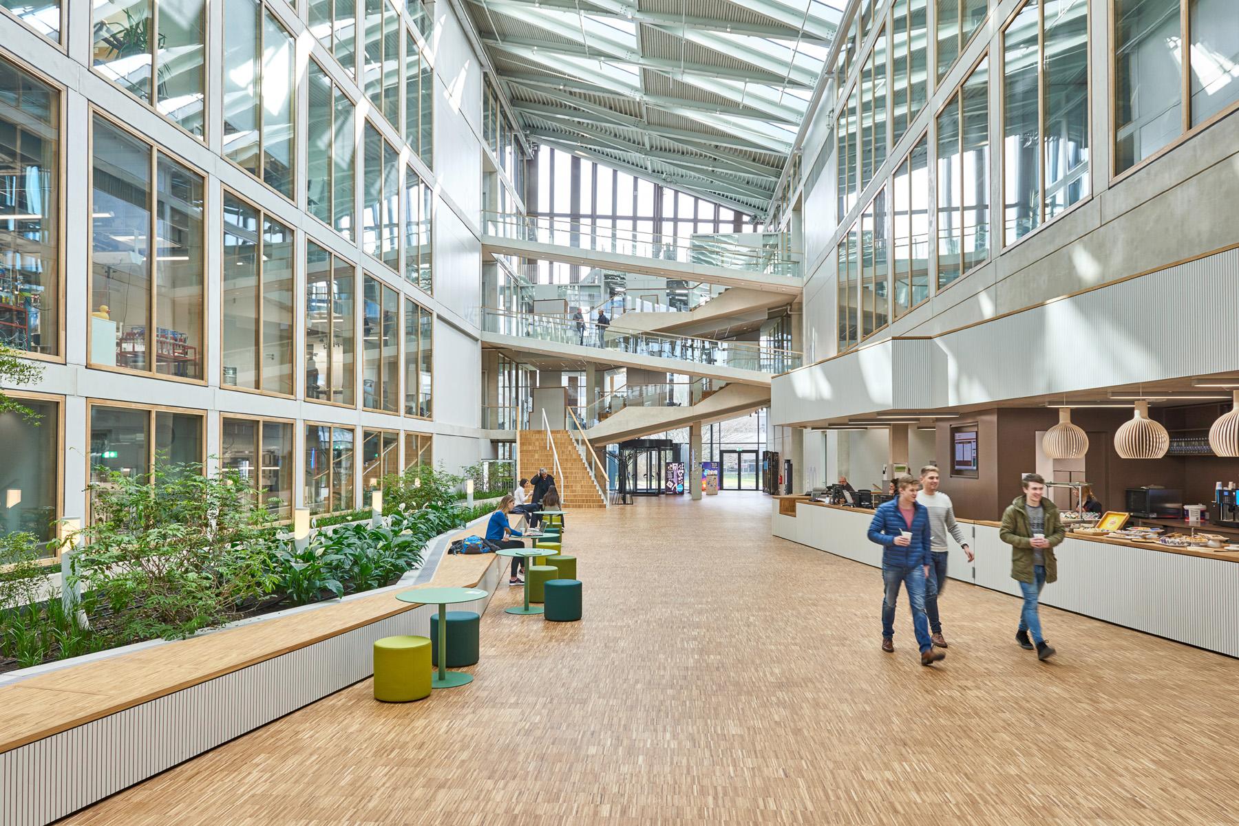 <p>Ontmoetingsplaats op de campus – fotografie: Ronald Zijlstra</p>