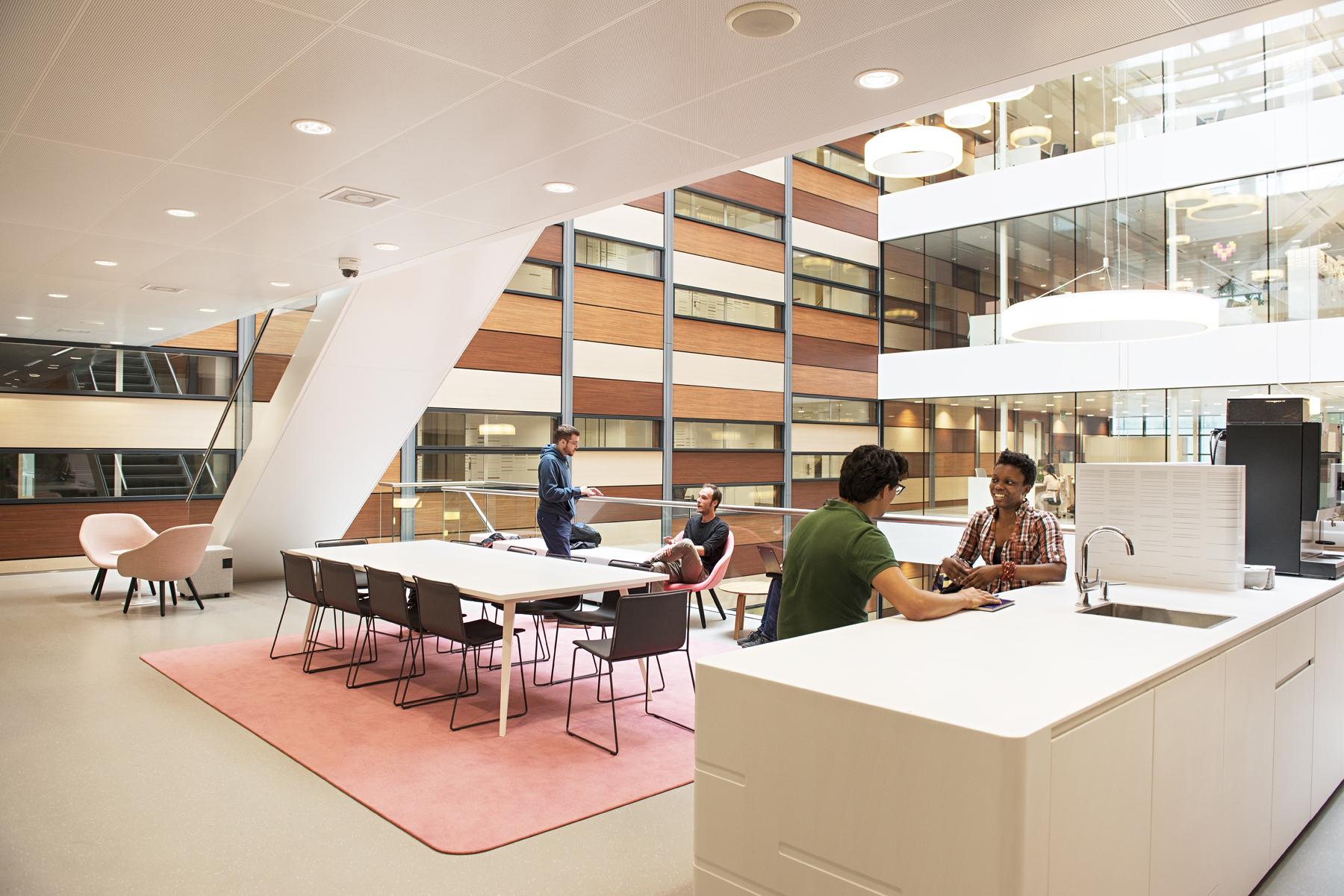 <p>ontmoetings- en vergaderruimte aan atrium (c) Caren Huygelen</p>