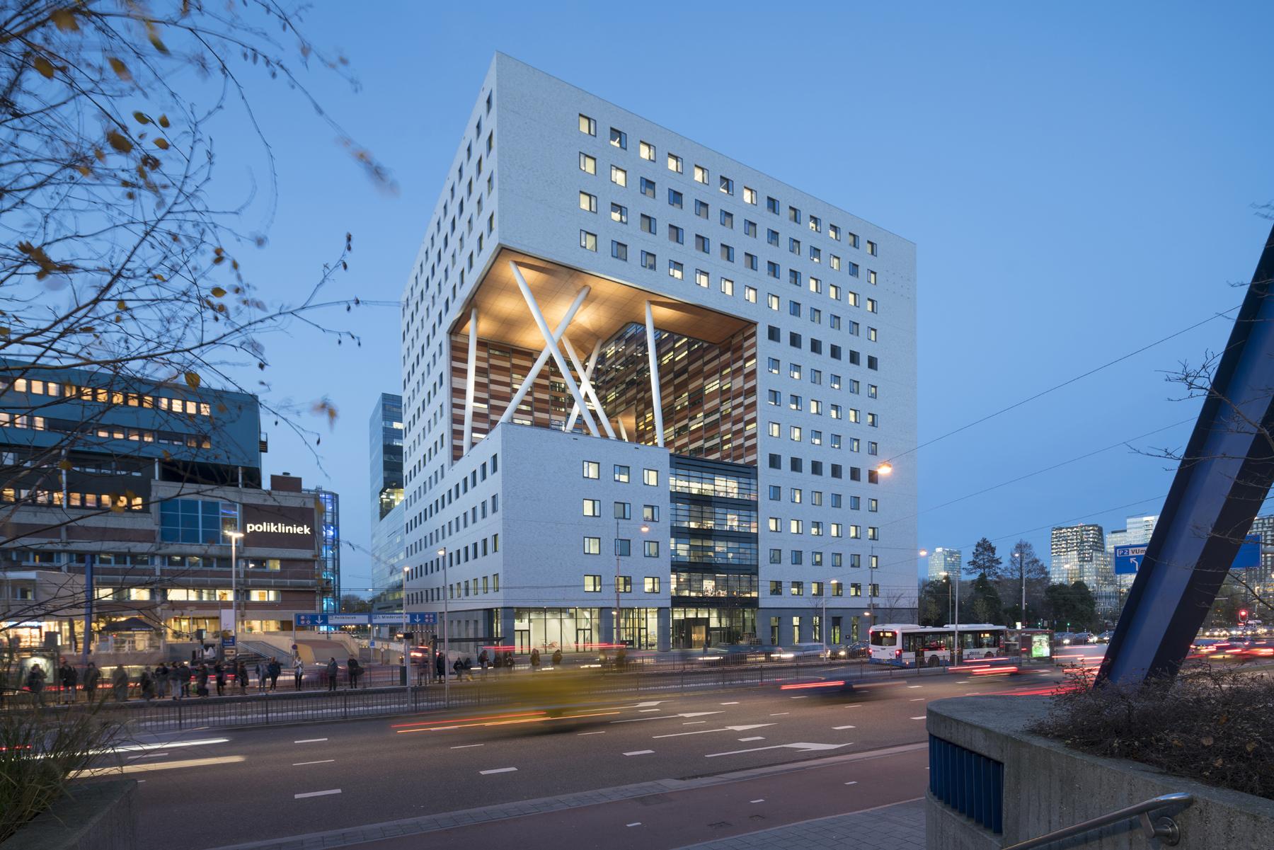 <p>O|2 Labgebouw bij avond (c) Ossip van Duivenbode</p>