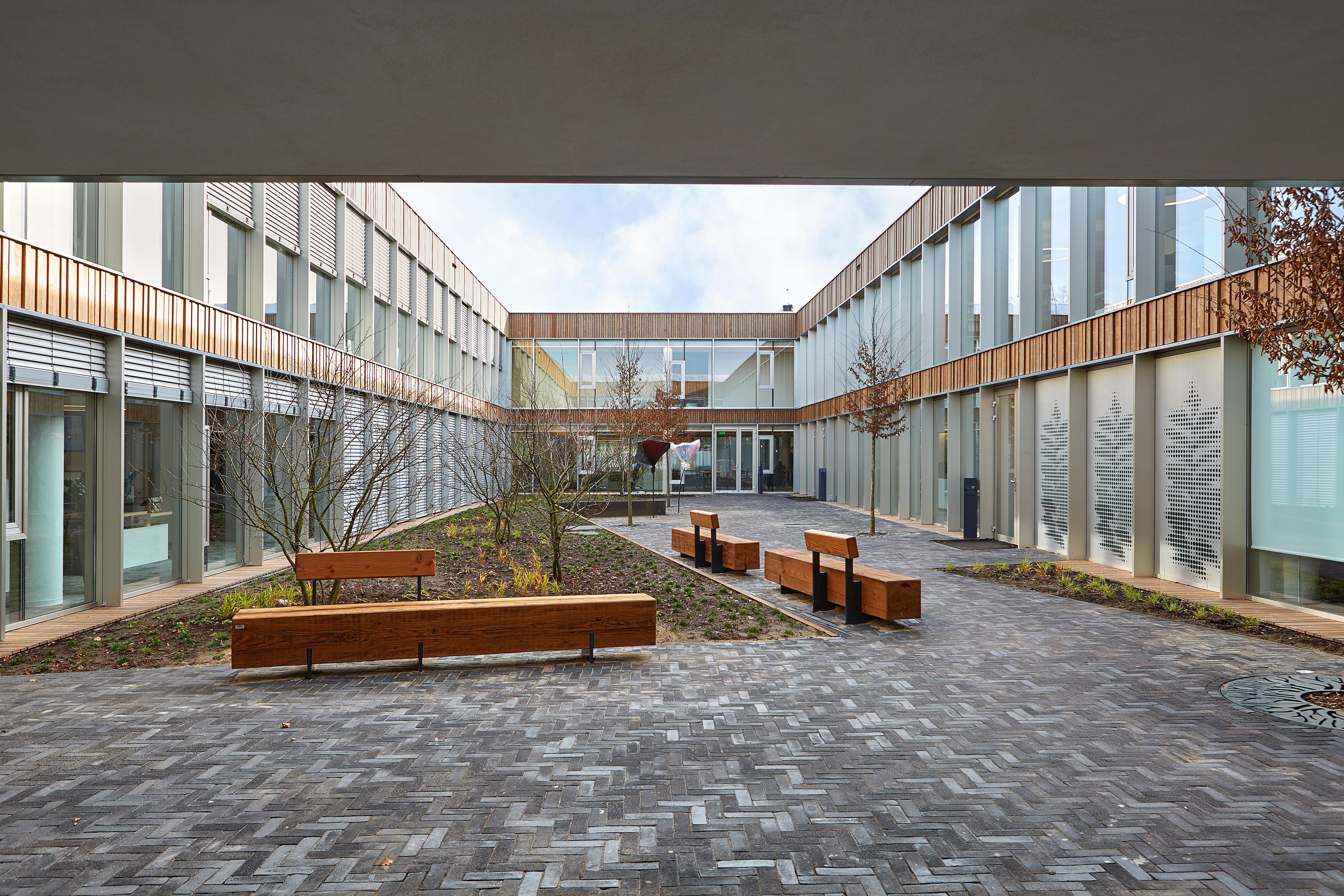 <p>patio tussen kantoor en productie, foto The art of living</p>