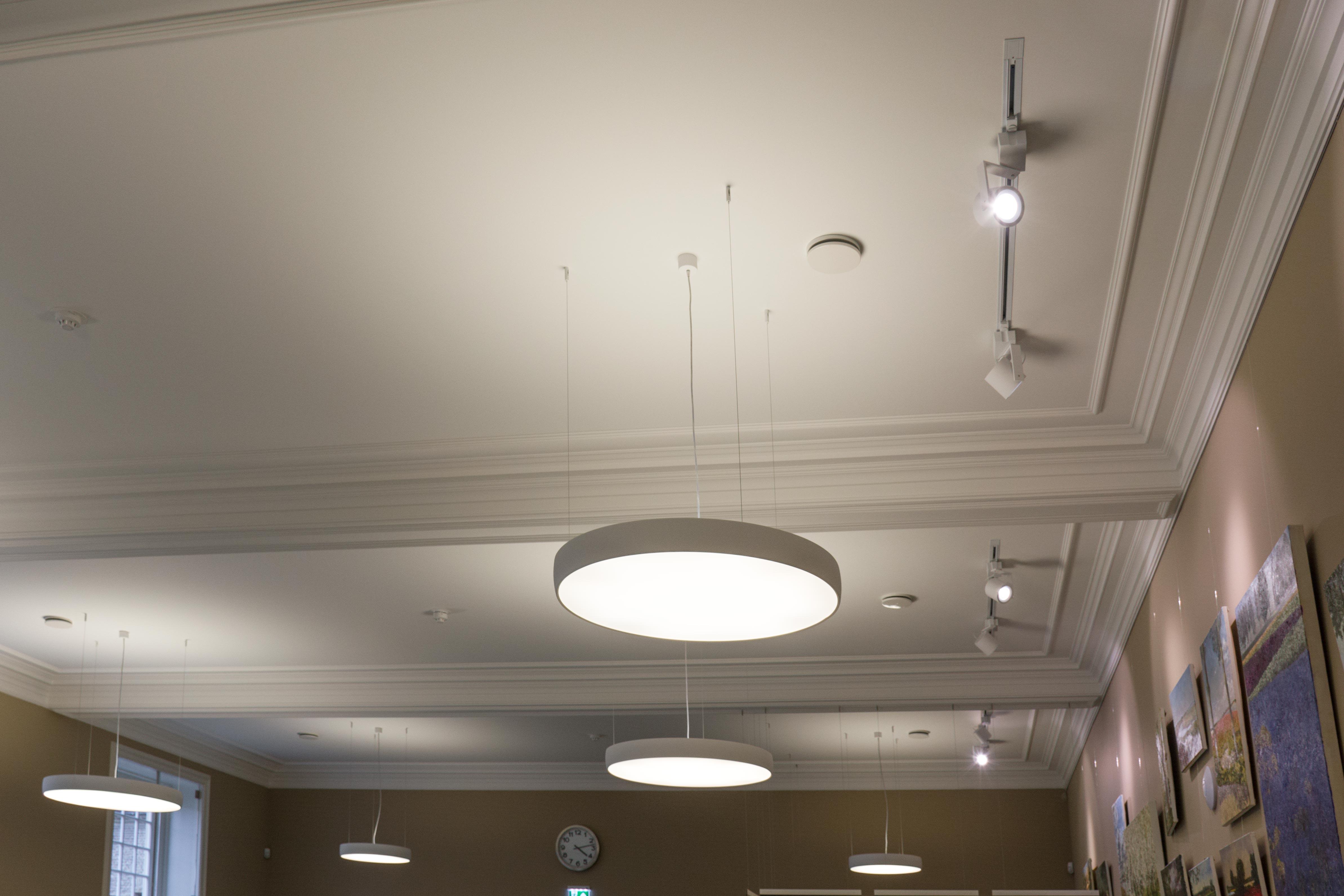 <p>Leeszaal: nieuw plafond & verlichting   foto: Laurijs Weyts</p>