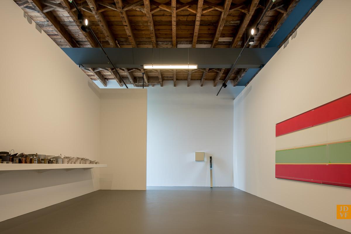 <p>Tentoonstellingsruimte op de verdieping. Foto: Jan de Vries Fotograaf</p>