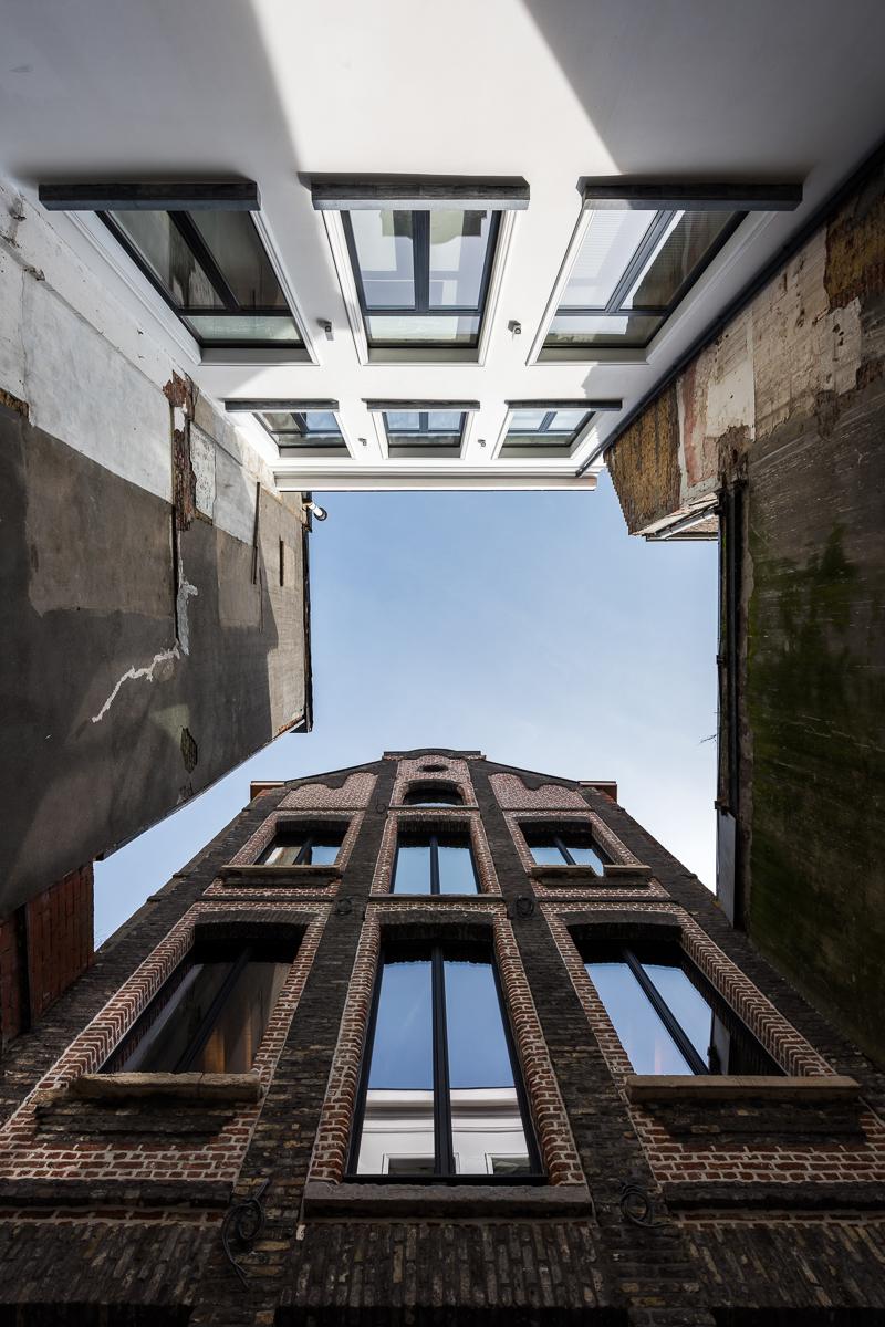 <p>binnenkoer tussen pakhuis en neoklassiek gebouw</p>