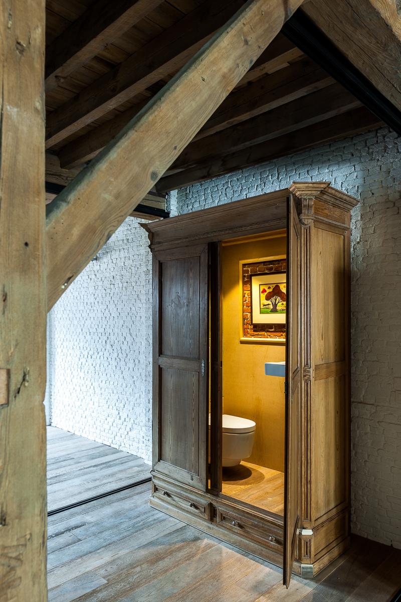 <p>folie: wc in kast</p>