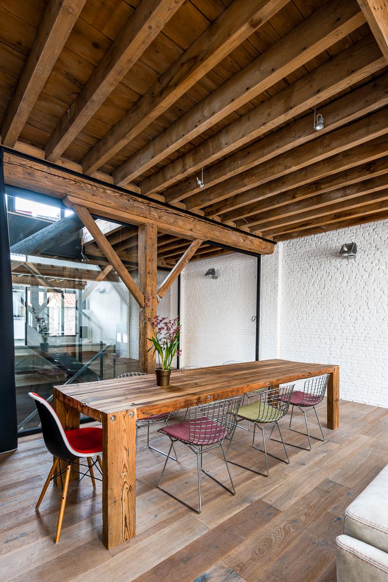 <p>tafel eigenmaak van afbraakhout ter plaatse</p>