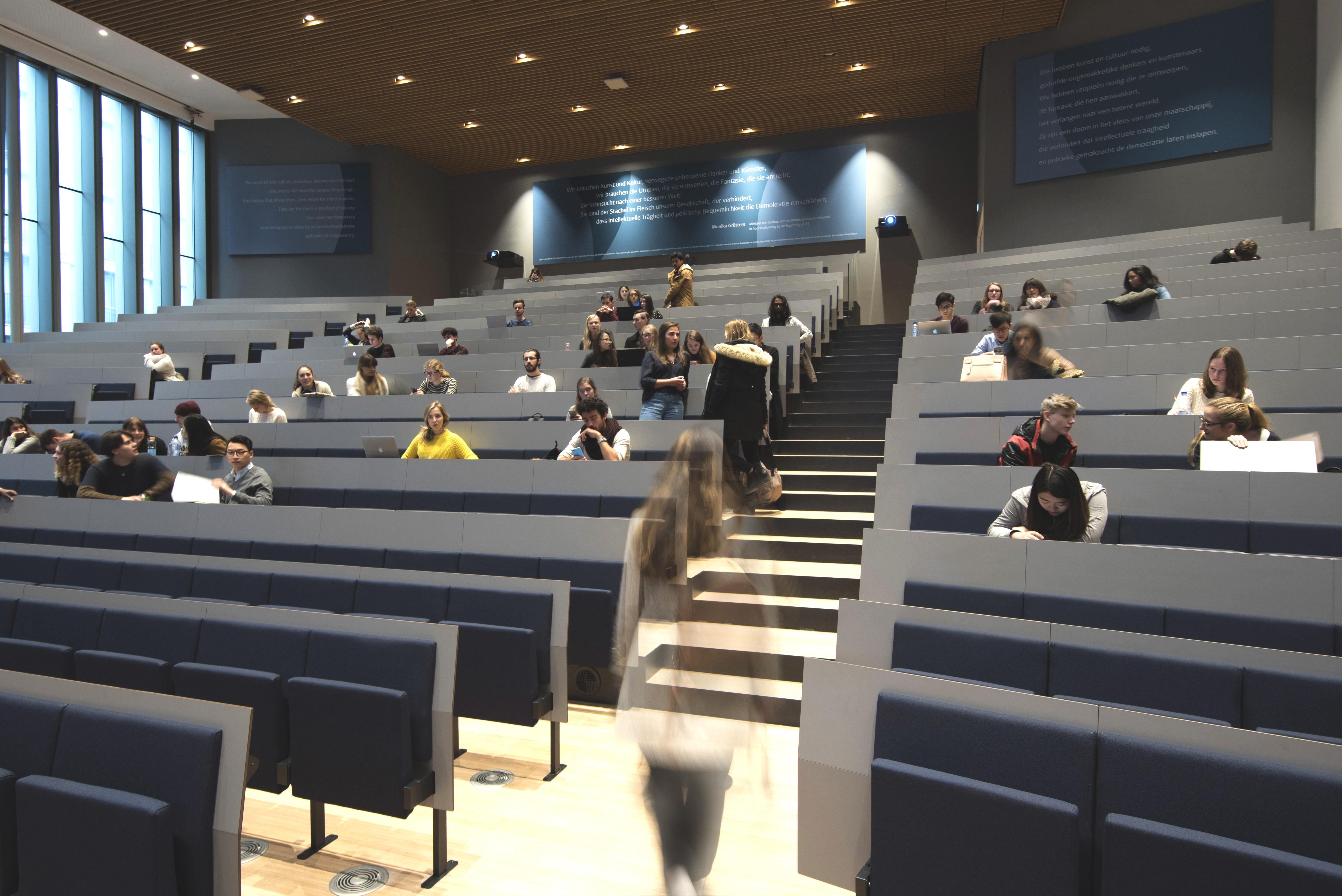 <p>Studenten in het auditorium, foto: Peter de Ruig</p>