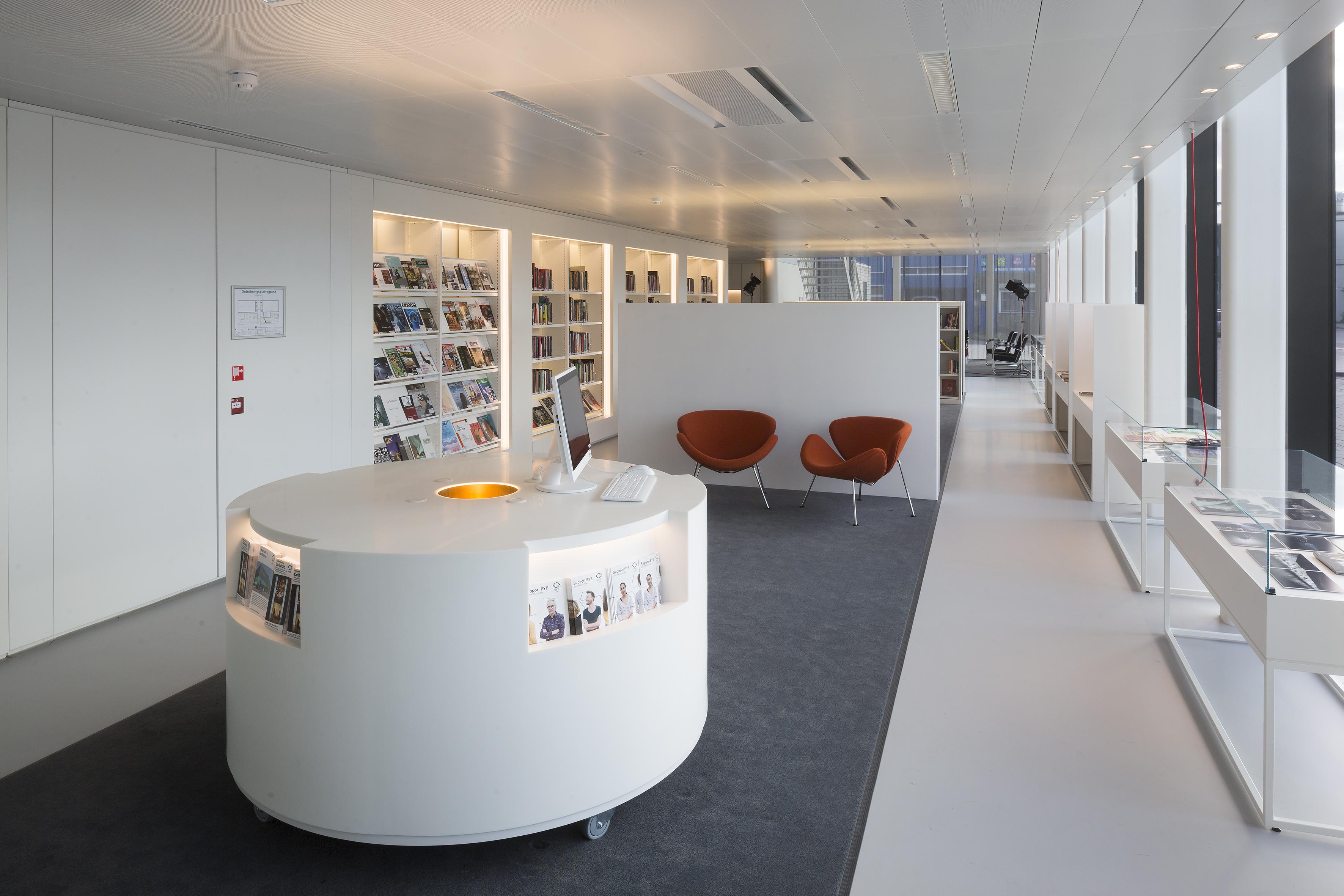 <p>Ontvangst – zone waarin de tijdschriften, balie, fauteuiltjes Orange Slice en vitrines, waarin de pluriforme wereld van Eye getoond wordt. Foto: Luuk Kramer</p>