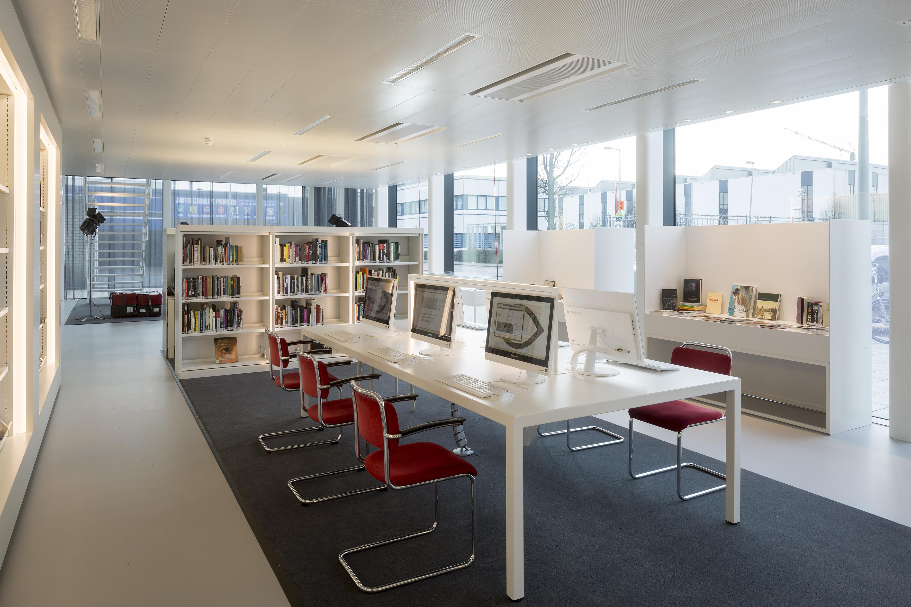 <p>Bibliotheek met werkplekken, waar meer dan 9000 digitaliseerde films, foto's, stills en posters uit de collectie zijn te bekijken. Foto: Luuk Kramer</p>
