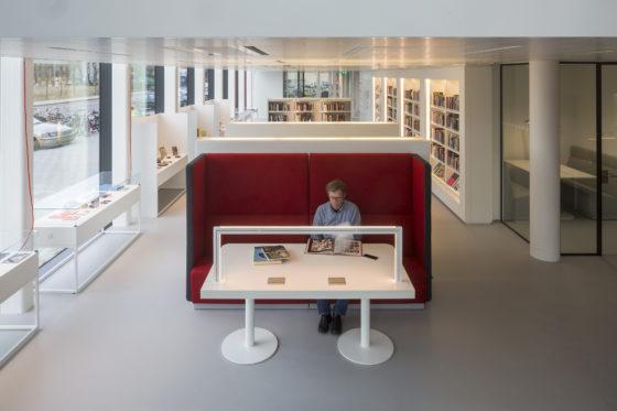 Overzichtsfoto vanaf de lounge met rechts de vergaderruimte en achter de bank de scan- en kopieerfaciliteiten en daarachter de bibliotheek. Foto: Luuk Kramer