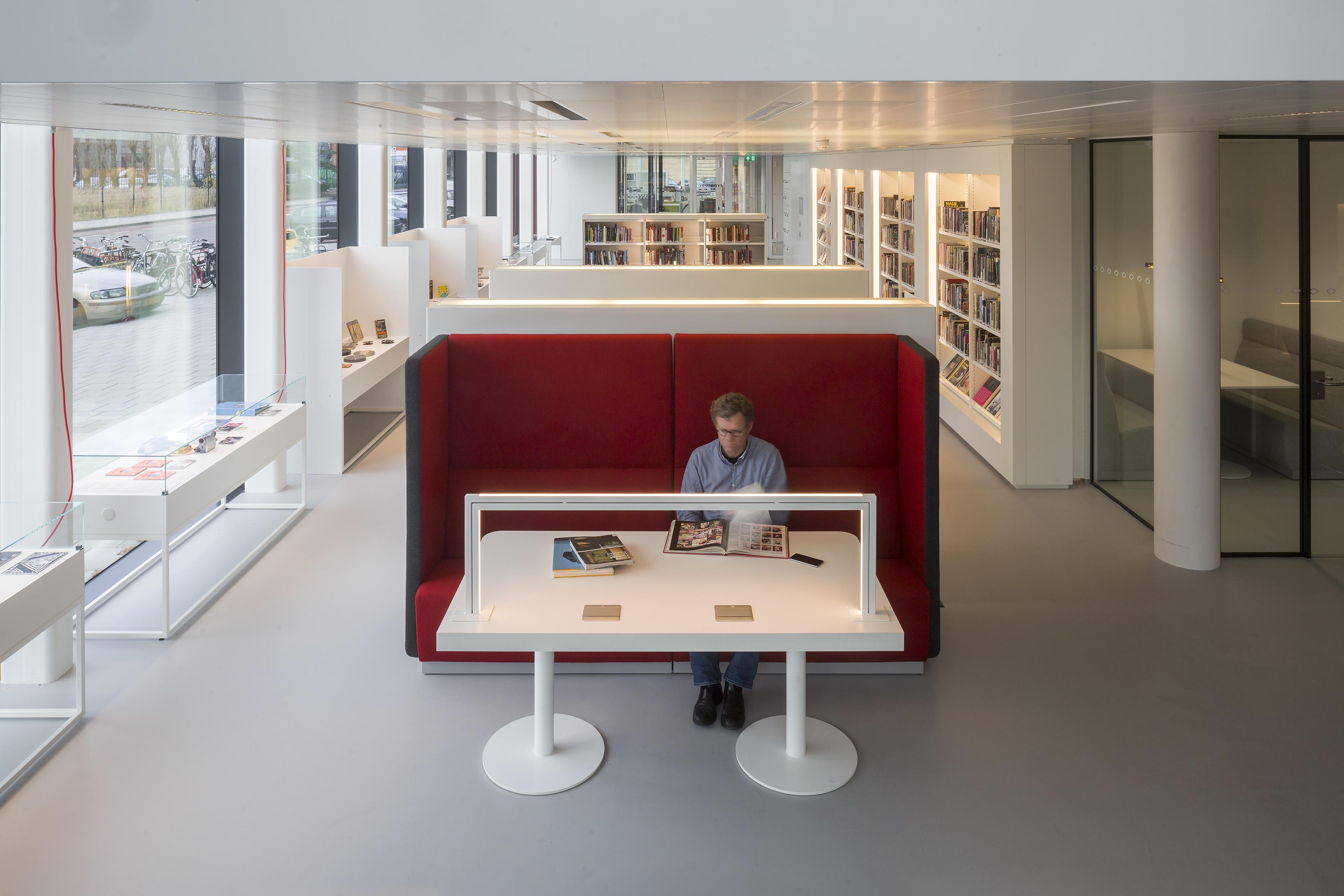 <p>Overzichtsfoto vanaf de lounge met rechts de vergaderruimte en achter de bank de scan- en kopieerfaciliteiten en daarachter de bibliotheek. Foto: Luuk Kramer</p>