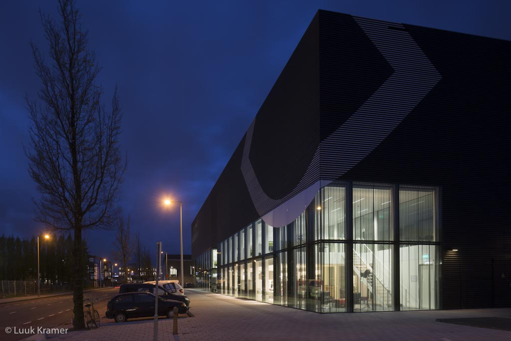 <p>Gevel van het EYE Collectiecentrum. In de verlichte plint is Eyestudy is gevestigd. Foto: Luuk Kramer</p>