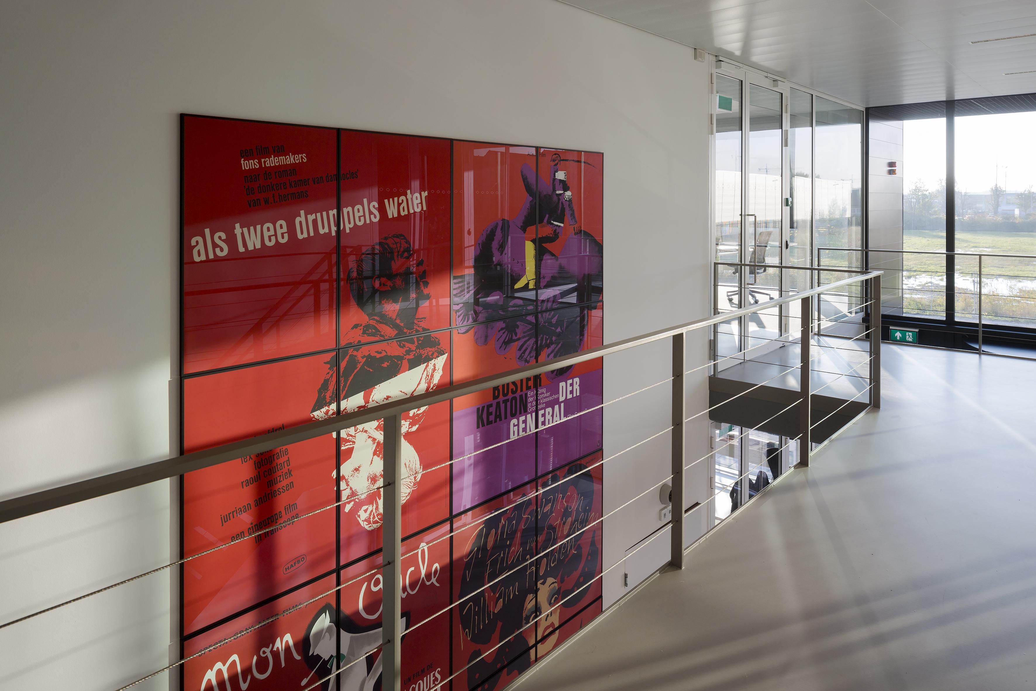 <p>Uitvergrote affiches uit EYE collectie in de hal</p>