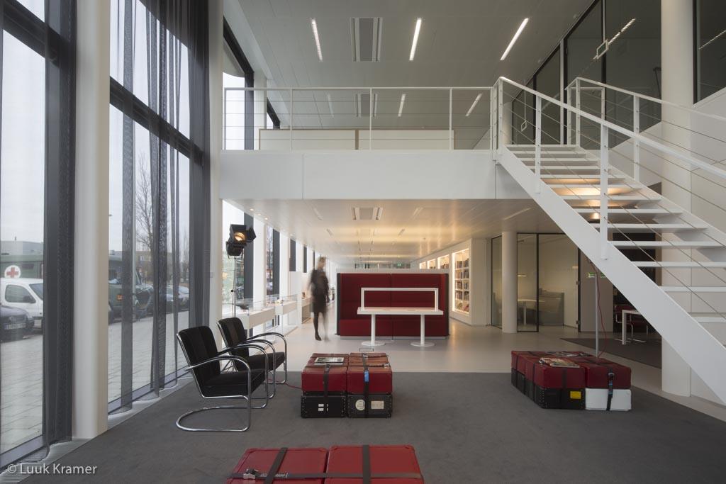 <p>Lounge met vide en trap naar de kantoren</p>