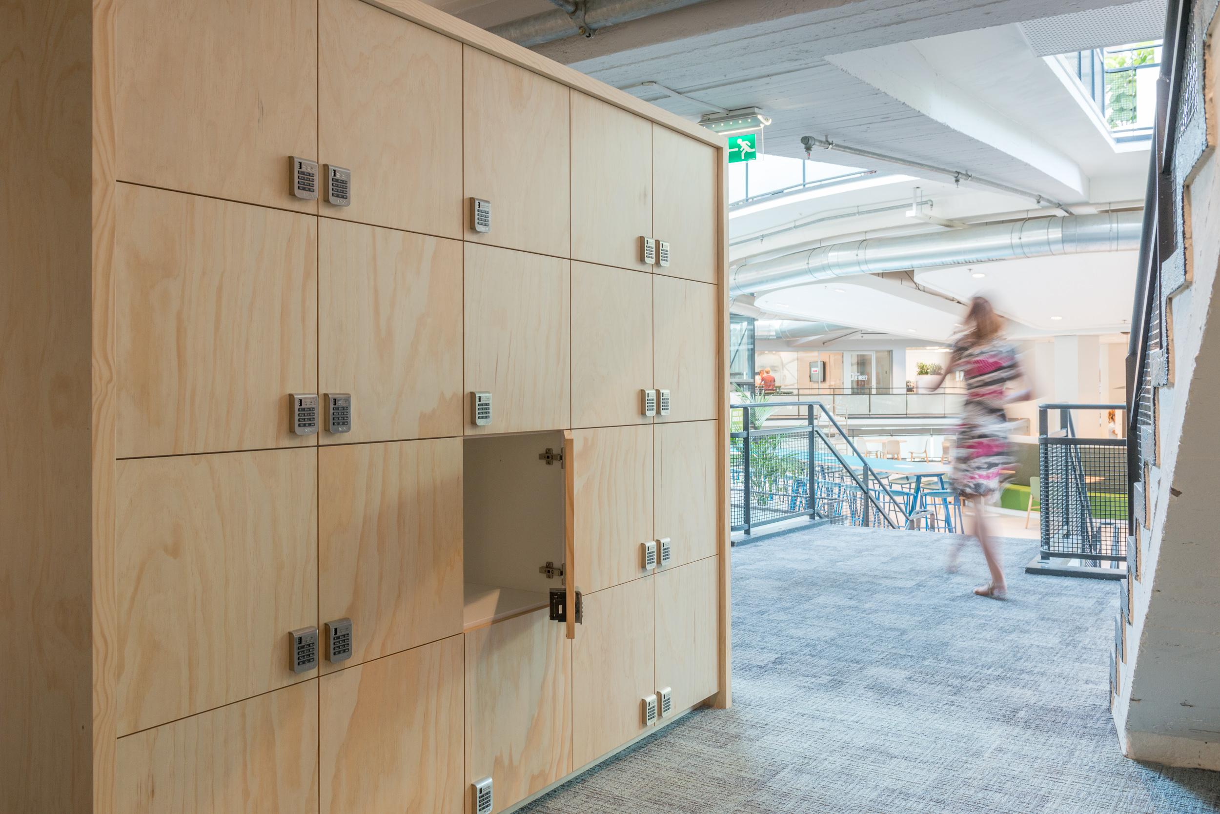 <p>locker meubel in trappenhuis</p>
