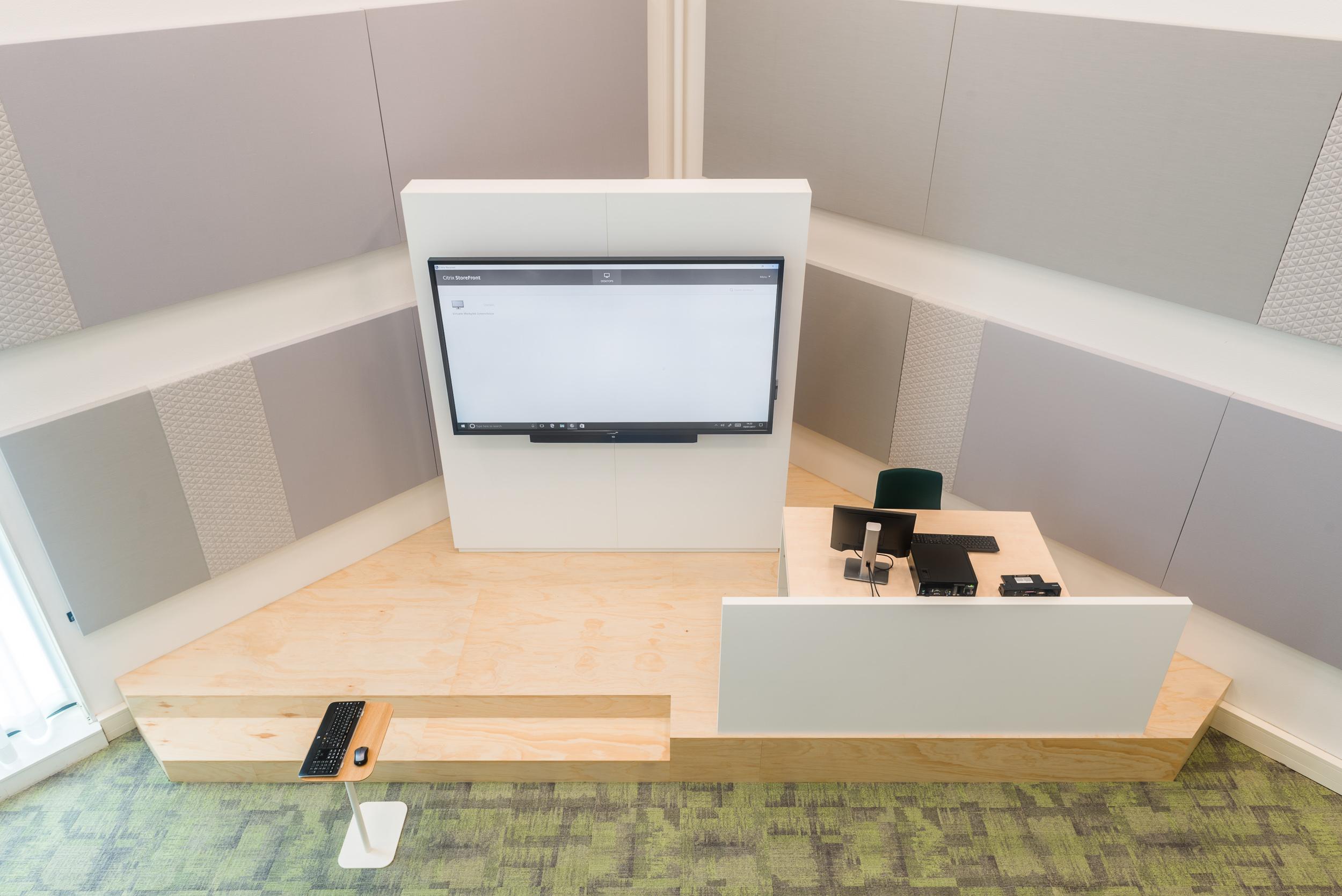 <p>Leslokaal met podium voor docent en vision wall</p>
