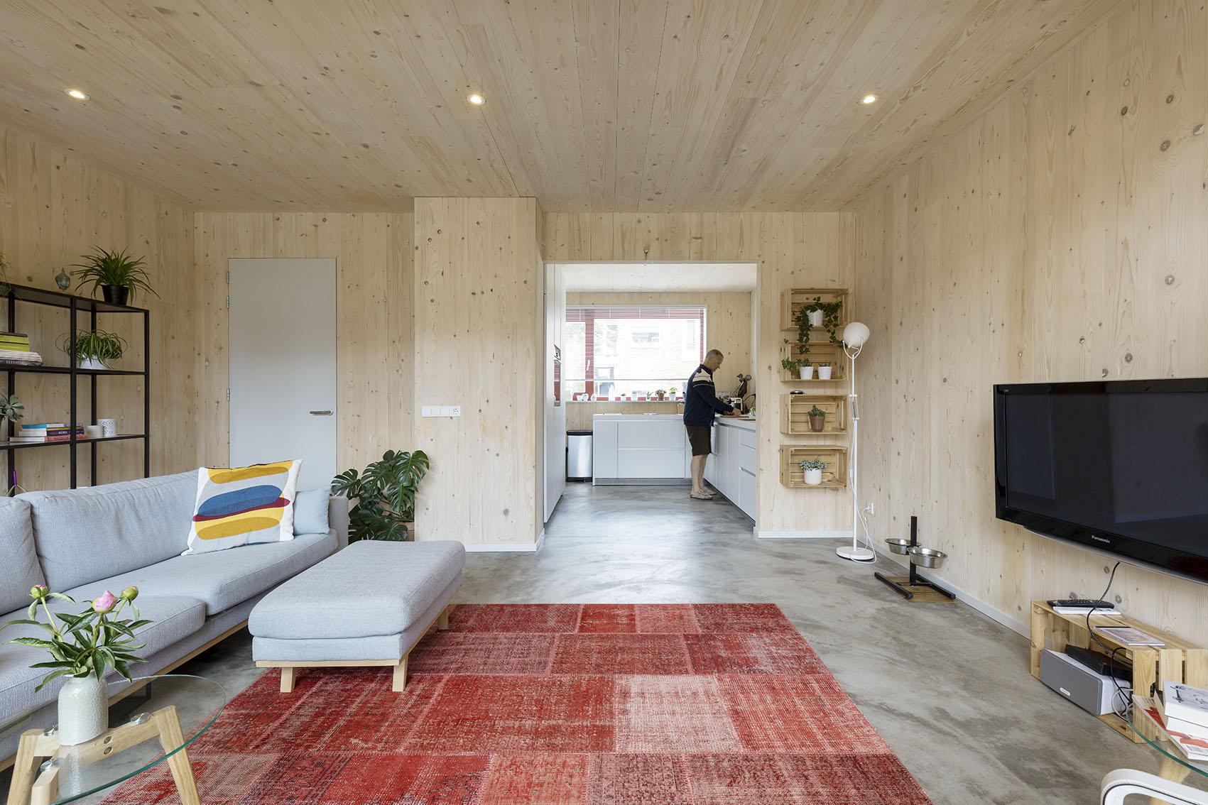 <p>Kavel 19 – woonkamer met doorzicht naar keuken aan de straat   foto: Marcel van der Burg</p>