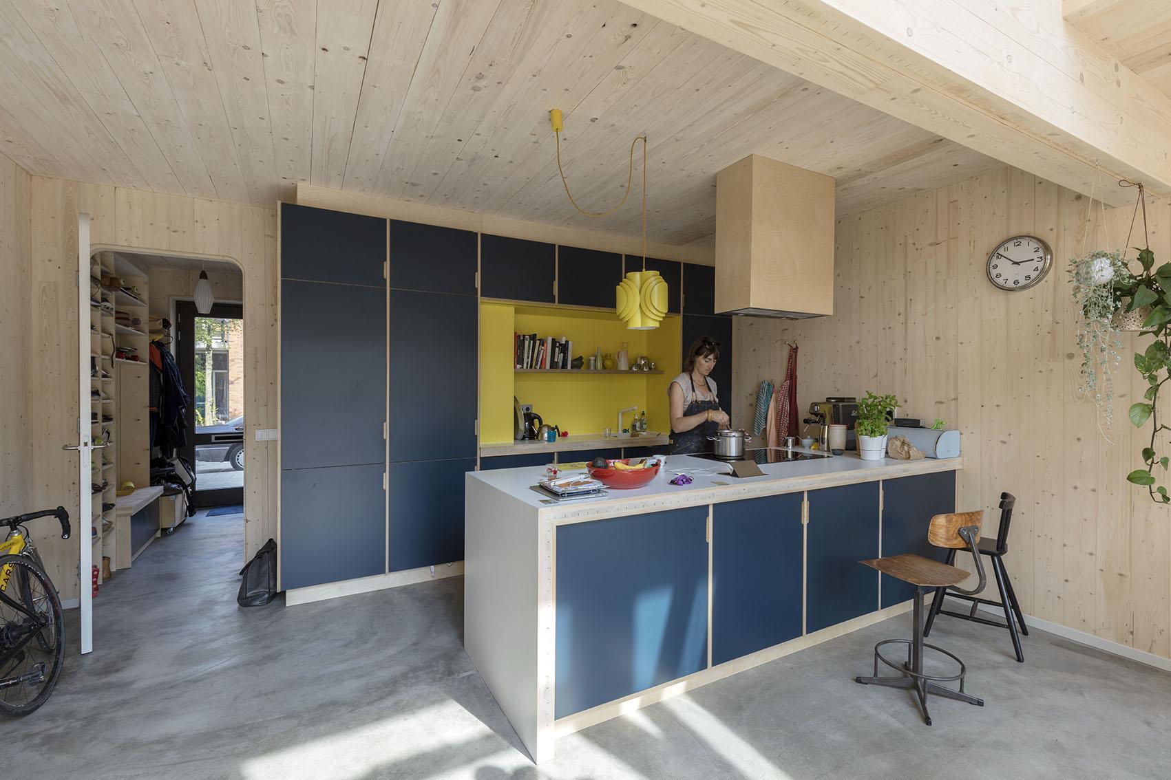 <p>Kavel 8 – keuken met doorzicht naar entree  foto: Marcel van der Burg</p>