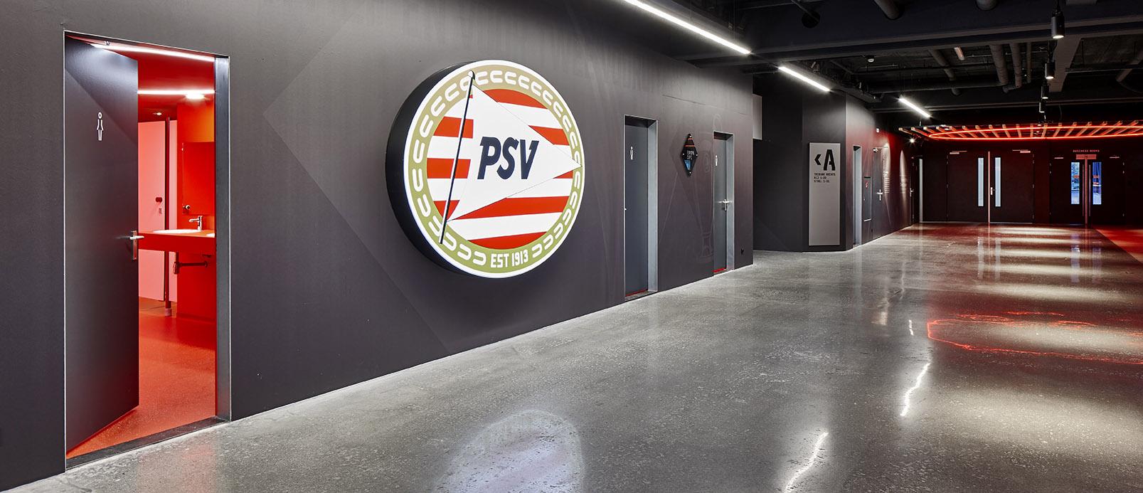 <p>Philips Stadion Promenade – Wand stadion zijde met speciaal behang (Scherpontwerp) en rode toiletten</p>