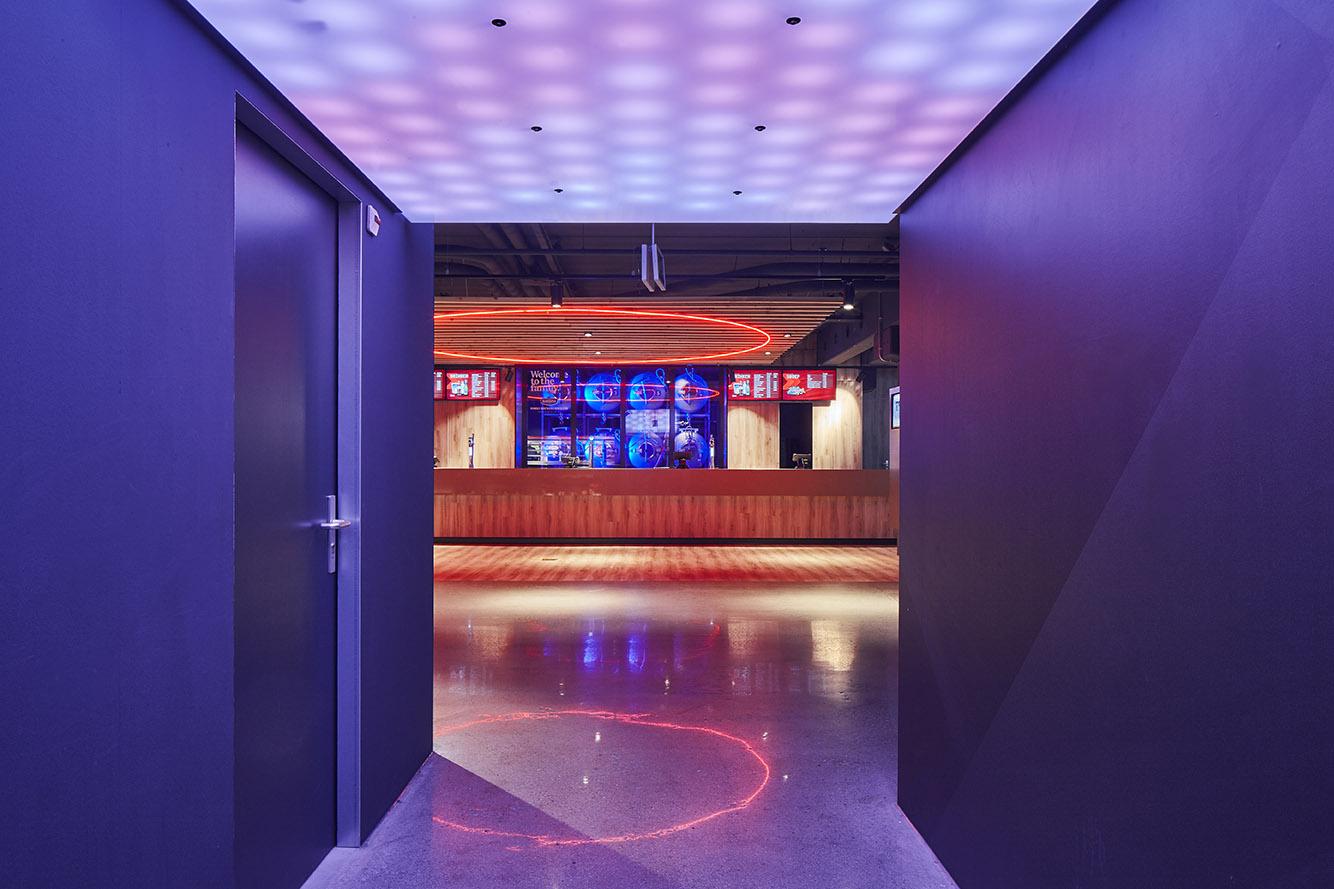 <p>Philips Stadion Promenade – doorgang vanaf de tribune met dynamische led verlichting</p>